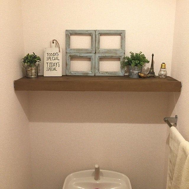 *トイレ  昨日夜な夜な作ってたトイレの飾り棚。  キッチンカウンター作った時の端材がちょうどサイズぴったりやった つっぱり棒2本付けてその上にL字に組んだ板乗せてるだけ(・∀・) この前キャンドゥで買った木製カッティングボード、白くペイントしてtoday is special のステンシルして飾ってみた♡  #DIY #つっぱり棒 #棚 #トイレ #キャンドゥ #セリア #窓枠 #todayisspecial #ナチュラルインテリア #interior