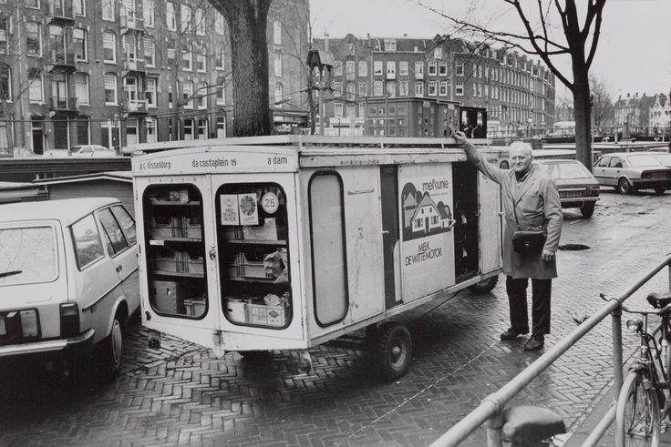 Da Costakade met de gemotoriseerde melkkar van de heer P.C. Disseldorp, 1986. Collectie Stadsarchief Amsterdam.
