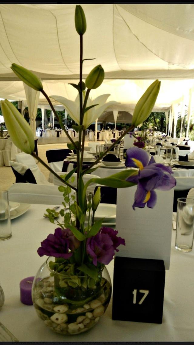 Centros de mesa en pecera con flores moradas. Quinta Pavoreal del Rincón