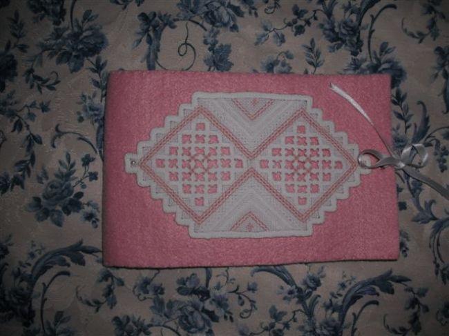 Pochette rosa hardanger - Dall'album di Fiorella: http://www.megghy.com/album/fiorella/altri_ricami/pochette-rosa-hardanger.html