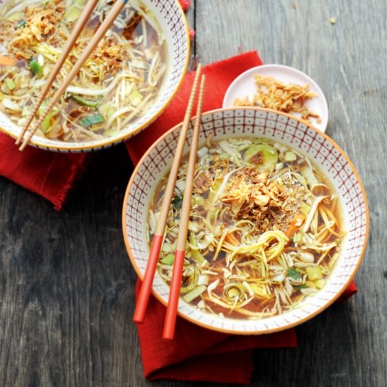 Oosterse groente-miesoep met krokante uitjes - Houd je van extra pittig? Voeg dan wat sambal oelek, sojasaus en bladselderij toe aan deze soep. #recept #soep #JumboSupermarkten