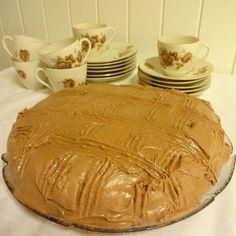Husker godt sjokoladekaken med lys krem, som mor og bestemor lagde Mat og kaker er en viktig del av livet, ja man overlever jo ikke u...