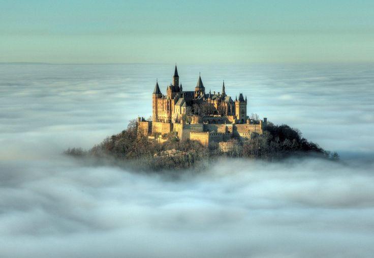 Этот замок расположен на вершине горы Гогенцоллерн высотой 2800 метров над уровнем моря. В период своего расцвета замок в этой крепости считался резиденцией прусских императоров.   Источник: https://www.adme.ru/svoboda-puteshestviya/hochu-v-zamok-722460/ © AdMe.ru