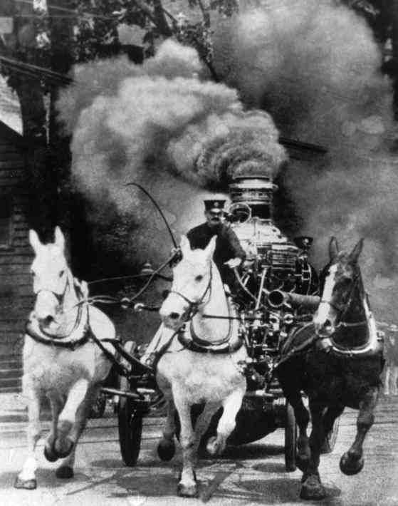 Antique Fire Engine powered by horses - The Steamer Run