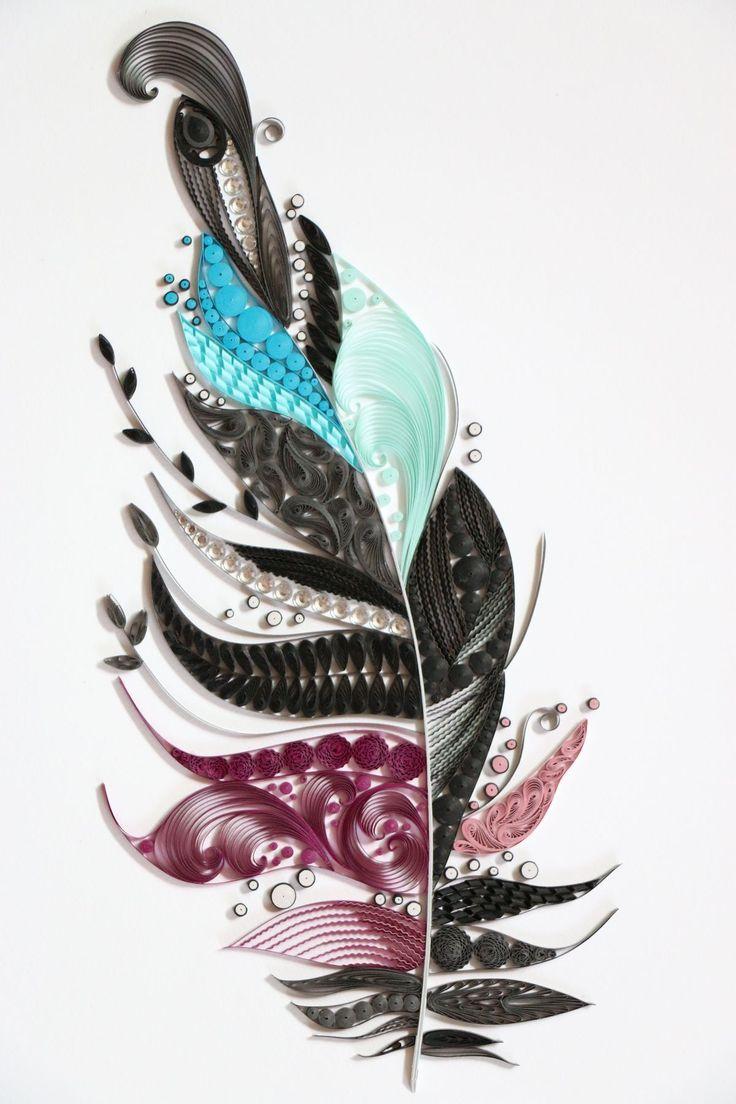 Description: C'est une plume fait en paperoll. Il y a des couleurs noir, bleu, bleu pâle, rose, rose pâle. Appréciation: J'aime cette oeuvre, car elle est belle et c'était mon inspiration pour le projet d'art.