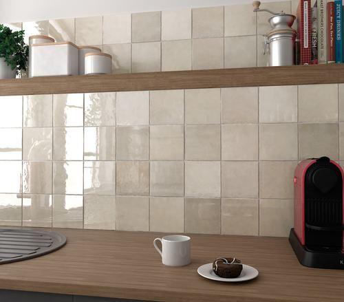 Carrelage carr beige ocre effet zellige fa ence vernis pour donner un aspect rustique - Zellige de cuisine ...