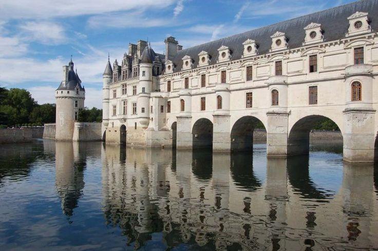 Самые красивые дома-мосты мира |Замок Шенонсо, Франция.История замка берет начало в 1200-х годах, однако расцвет пришелся на то время, когда его хозяйкой была Екатерина Медичи. При ней в 1580 году на каменном мосту через реку Шер построили двухэтажную галерею, где проводились пышные балы. Основная же часть здания была жилой. Шенонсо является общедоступным музейным комплексом.