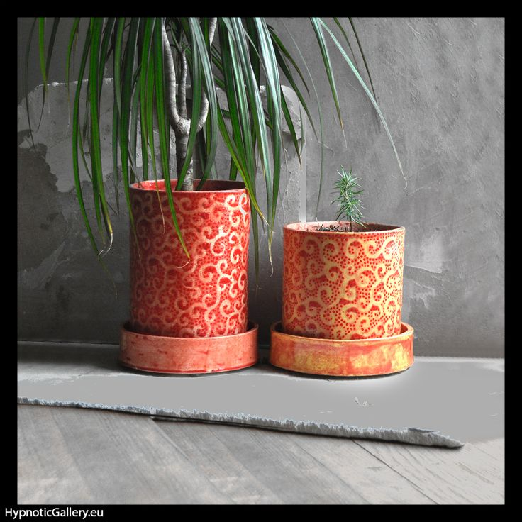 Set of two ceramic flowerpots in sunny colors. Zestaw dwóch ceramicznych doniczek w słonecznych kolorach.
