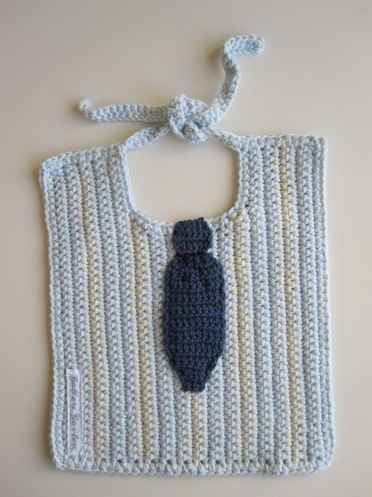 Hagesmæk med slips. Hæklet i dobbelt bomuldsgarn. Opskriften findes hos Galleri Gavlen. Crochet bib for baby