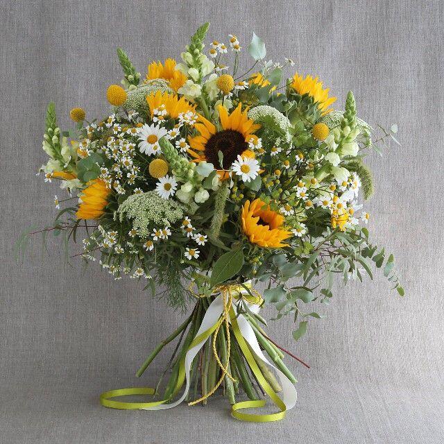 #букет #доставка #букетбутик #flowers #bouquet #buketbutikru #weddingbouquet Большой букет «Завтрак в стиле Бохо» Пышный букет из подсолнухов, львиного зева, ромашки и амми вызовет искреннюю улыбку у адресата. В нем и поле в рассветные часы, и посиделки с друзьями, и долгие разговоры, и не менее ценные минуты разделенного молчания о самом главном, слова ободрения и поддержки, и простое знание, что где-то рядом есть люди, которым близок и дорог.