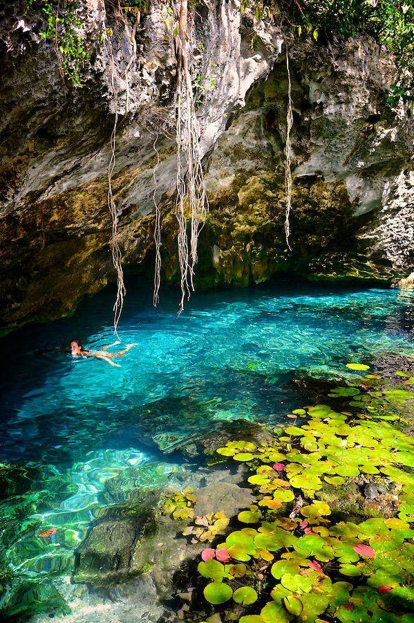 este es un lugar donde se puede nadar . esta se encuentra en México . este lugar se llama Tulum . esto está hecho de agua . también hay un lugar llamado ruinas de Tulum .