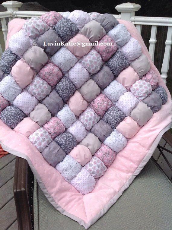 Il sagit dun fait à la facturation de la commande sur mesure. Cette courtepointe de bouffée de belles bulles a été effectuée pour une nouvelle maman. Il a été conçu pour correspondre à pépinière de rose et gris du nouveau bébé. Il est moderne élégant et volonté coordonner parfaitement. Cette courtepointe est fait à la main et mesure environ 38 pouces par 38 pouces. Chaque les boursouflures 64 main farcis sont fait avec le tissu de coton 100 % et farci de poly-remplissage. Couette est bordée…