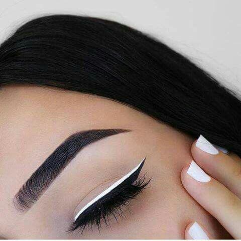 White and black eyeliner look