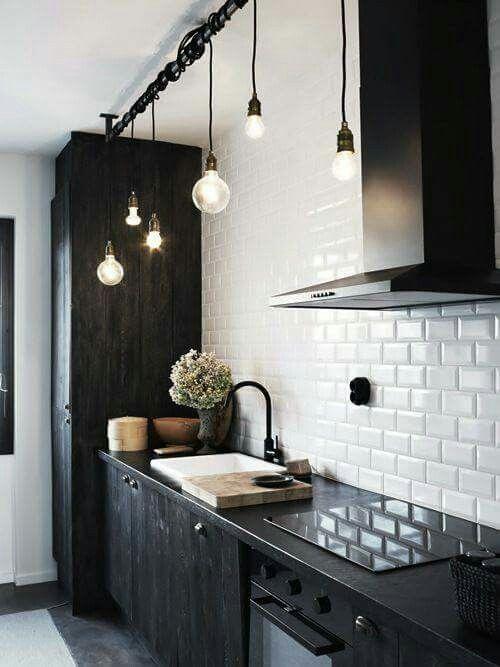 Cucina nera piastrelle bianche
