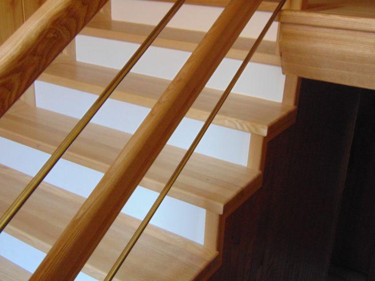 schody jesionowe z białymi podstopniami www.stolarstwoszudera.pl