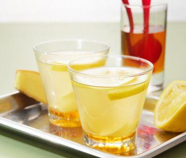 Gör ditt egna citron- och ingefärste på färsk ingefära, pressad citron och honung. Ingefäran, en nyttig krydda som ska vara inflammationshämmande, ger en härlig doft och en fräsch smak.