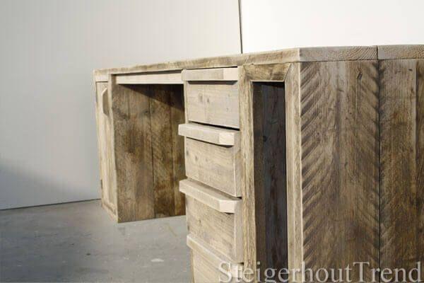 Een absolute topper uit ons assortiment. Prachtig afgewerkt bureau met steigerhouten handgrepen. Een apart vak met deur waardoor er genoeg opbergruimte ontstaat.