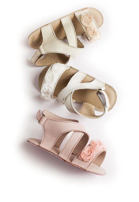 """Красиви детски сандали за прохождане от серията """"Micro"""" на """"Babywalker"""" , изработени от естествена кожа, с мека подметка и украсени с ръчно направени цветя от плат.Дизайнът е изчистен и стилен.Естествените материали от които са изработени сандалите осигуряват целодневен комфорт на детското краче. Предлагат се в три цвята -бяло, розово и екрю. www.bubukabg.com"""