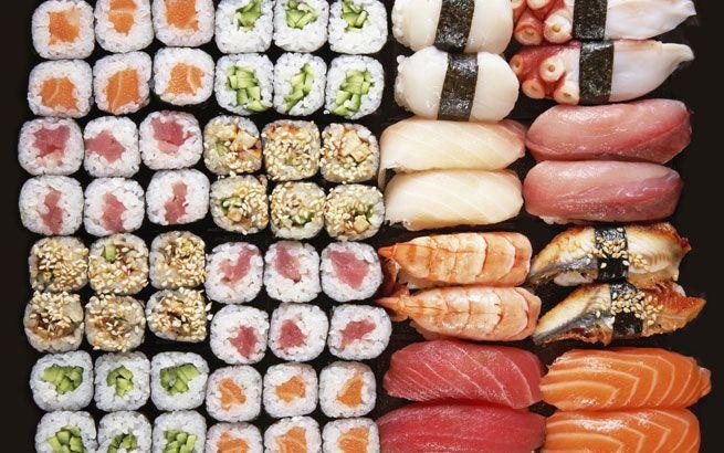 Sushi selber machen? Mit den richtigen Zutaten und Hilfsmitteln gelingen die Reisrollen auch problemlos zu Hause. Wir zeigen Ihnen, wie Sushi gelingt