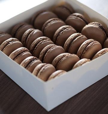 Macarons au chocolat noir et à la fève tonka - les meilleures recettes de cuisine d'Ôdélices  http://www.odelices.com/recette/macarons-au-chocolat-noir-et-a-la-feve-tonka-r2927