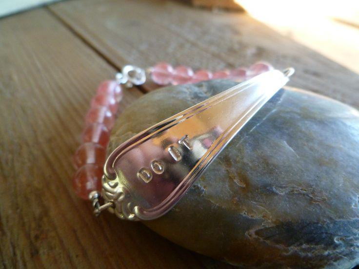 Armbånd lagd av skaftet av en gammel t skje + steiner av Jordbærkvarts! Bracelets made from the shaft of an old spoon. Facebook.com/ByJaneM/ www.epla.no/shops/byjanem/