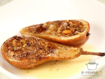Pere umplute cu gorgonzola si nuca cu sos de vin alb