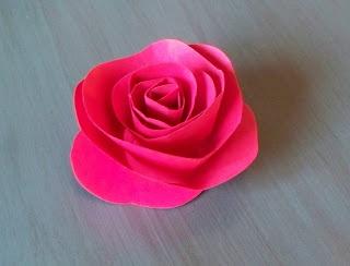 Tutorial per fare delle roselline di carta. Il foglio va tagliato ondulato e si inizia a arrotolare iniziando dalla parte esterna. Krista Sew Inspired: Vintage Paper Flower Tutorial
