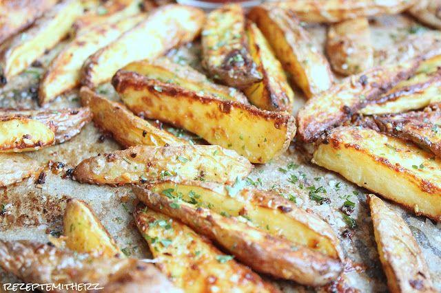 Gebackene Knoblauch – Parmesan – Kartoffel – Wedges :) – dass sind unsere Lieblings – Pommes! Sie sind knusprig, käsig, knoblauchlastig und perfekt für in Ketchup oder…