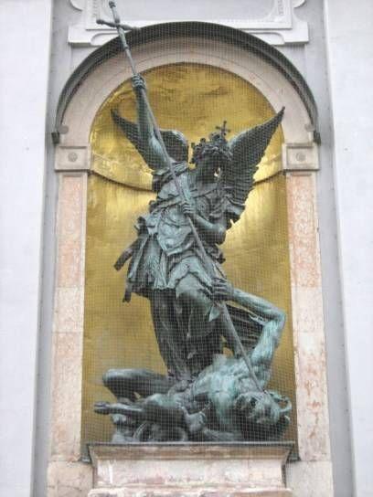 An der Michaelskirche: Der Erzengel erlegt das Böse