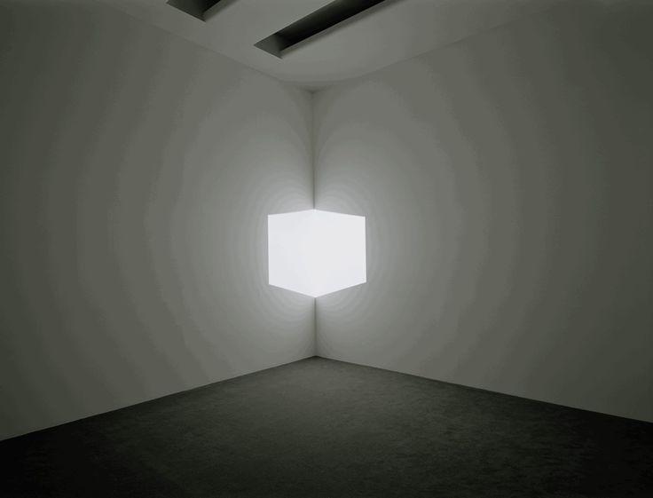 Artista americano pioniere dell'arte ambientale, che ha dedicato la sua vita allo studio delle modalità di percezione umana della luce.