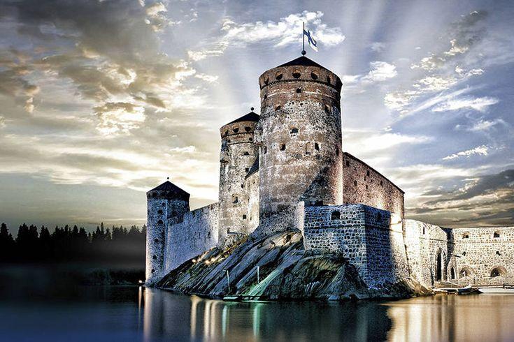 Järvi, keskiaikainen linna ja kulttuuritapahtuma. Savonlinna on Suomea parhaimmillaan. Kuva: Savonlinnan oopperajuhlat