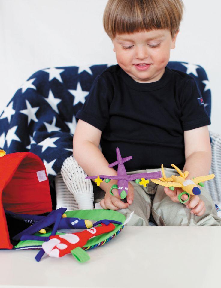 AEROPUERTO Este hangar con aviones se abre y revela una plataforma de aterrizaje de helicópteros, con cuatro aviones y un helicóptero. Un pequeño lazo se adjunta debajo de cada aeronave, para que el niño se lo ponga en su dedo y lo haga 'volar'!.Un total de 6 piezas #OskarEllen #juguetesdetela http://www.babycaprichos.com/aeropuerto.html