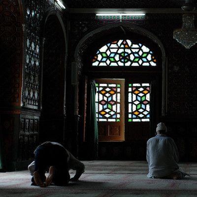 Сколько раз в день молятся мусульмане? 5! Согласно Корану Аллах изначально приказал Мухаммаду молиться пятьдесят раз в день. Мухаммад, однако, выторговал сокращение этого числа только до пяти раз. Если честно помолиться в день 5 раз они засчитываются, как пятьдесят.