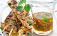 Le secret de cette recette réside dans la longue marinade de la viande de lapin dans une préparation aux herbes, à la moutarde et au jus de citron.