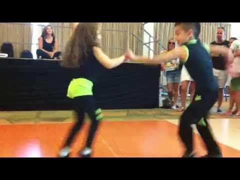 Este increíble video fue tomado en el Congreso de la Salsa de Israel y en el Tour de Salsa de Tierra Santa del 2014, y los bailarines son Kevin y Beberly Colombia, que tienen seis y siete años de edad, respectivamente. | Estos pequeños bailarines de salsa están a punto de sorprenderte con sus movimientos