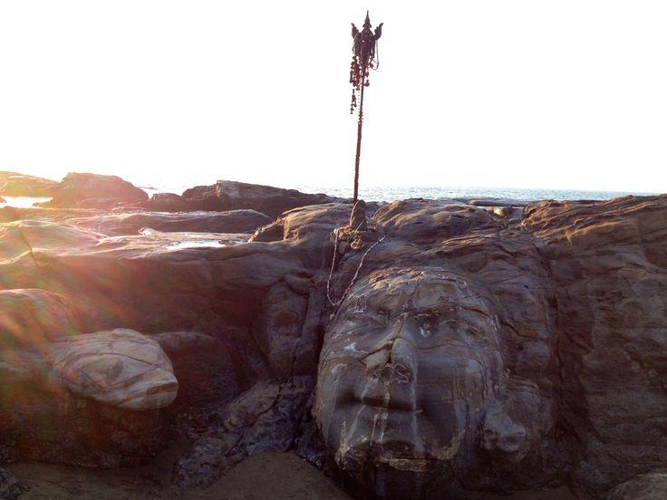 Лицо Шивы на пляже Вагатор - местная достопримечательность. Каменное лицо Шивы с коброй, вырезанное на скалах около моря.