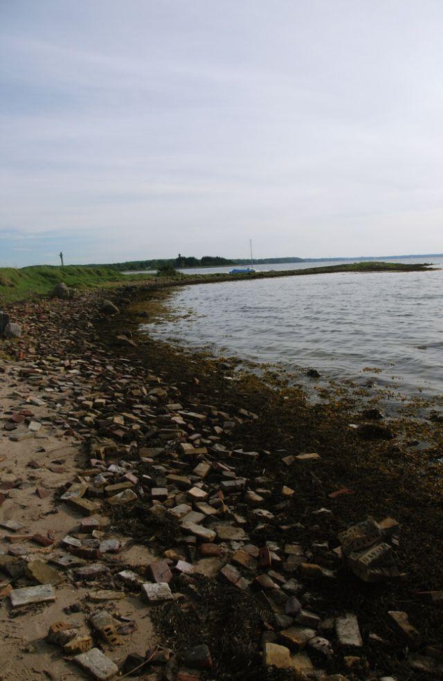 Stranden ved Holnis er fuld af kasserede murstenfra teglværkerne.