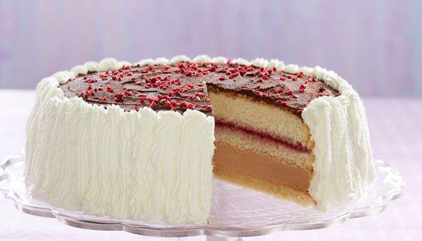 Skal du holde fødselsdag eller måske bare gøre lidt ekstra ud af eftermiddagskagen, så er denne nougat-lagkage perfekt. Bløde bunde, hindbærmarmelade, fløjlsblød flødeskum, et lag af nougat og en knasende bund. Behøver vi sige mere? Uhm!