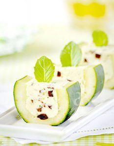 Descubre recetas e ideas culinarias para momentos de celebración y compartir con amigos durante un aperitivo.  aceitunas rellenas de queso Feta pepino