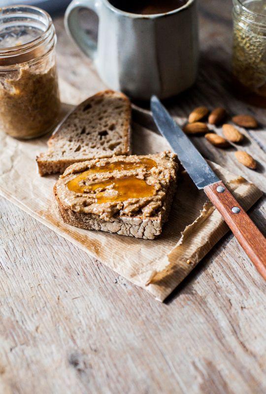 bkfst:  (via Masło z migdałow prażonych w miodzie (honey roasted almond butter) / Gotuje, bo lubi)