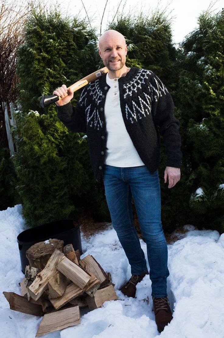 Foto: Kristoffer Eikrem Strikkeoppskrift og garn: Glitterheim …det var Messenger-beskjeden jeg fikk fra kjæresten min før jul. Hans valg var herrekoften Glitterheim fra Sandnes Garn. Jeg strikket den av Per Gynt garn som også er Sandnes Garn sitt førstevalg til akkurat denne kofta. Det ble ikke tid til å strikke den før jul, så pakket jeg like godt garn og oppskrift i en skoeske, med julepapir rundt ble det til