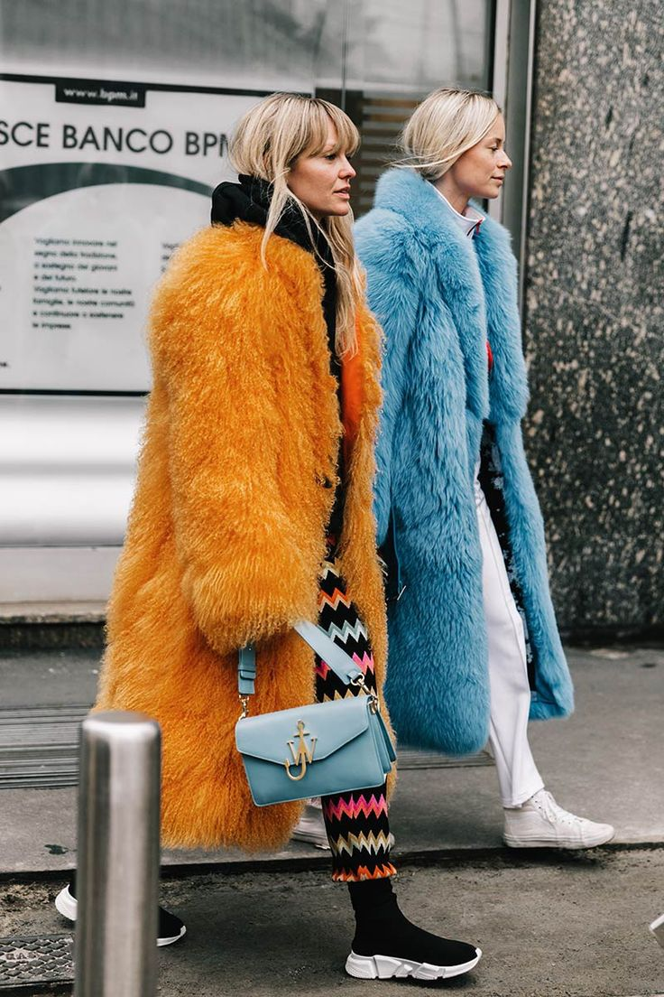 Would you be brave enough to wear these matching fur coats? Ok, yeah, for that amount of comfort I would wear anything.
