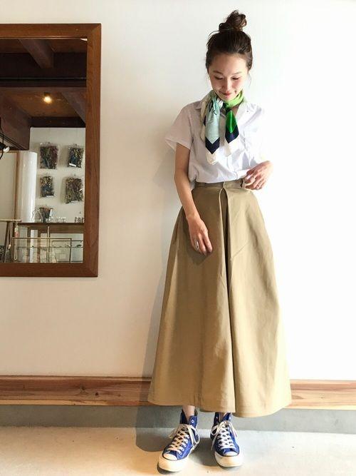 お店に入荷した新作のキャンプカラーシャツに、 チノ素材のボリュームスカートを合わせたカジュアルスタイ