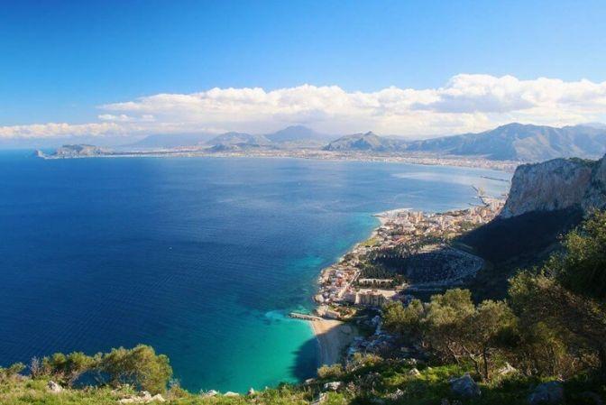 """CEFALU: """"Italien uden Sicilien efterlader intet billede i sjælen. Først her er nøglen til det hele."""" Sådan beskrev den tyske digter Johan Wolfgang von Goethe i 1788 om sine indtryk efter en rejse til Sicilien. #Sicilien #Italien #ferie #rejser"""