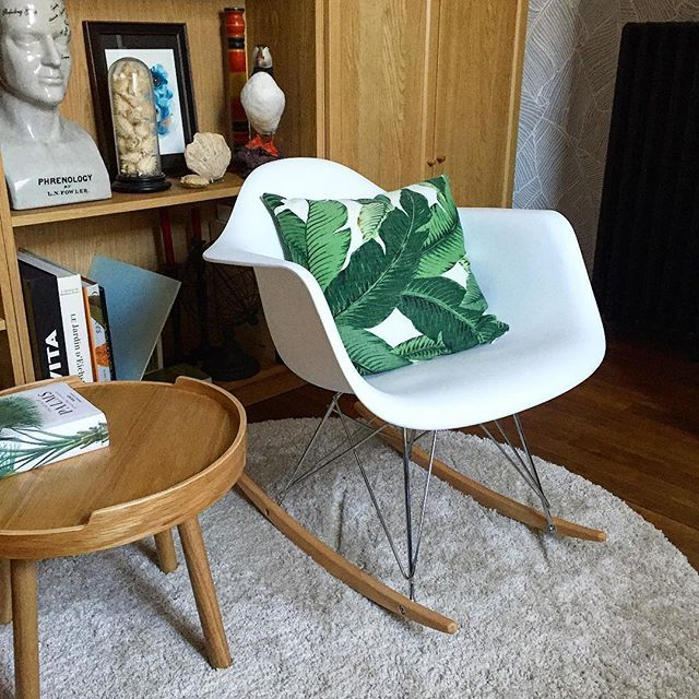 Ambiance jungle La mythique chaise à bascule RAR est accompagnée d'une table basse @ampmfrance #WinkDeco #Deco #Decoration #homedecor #homedesign #homestyle #myhome #mysweethome #homesweethome #scandinave #decoaddict #instadeco #interieur #insparation #picoftheday #instadeco #instahome #lovedeco #athome #cocooning #annee50 #50 #rar #chaise #bascule #fauteuil #tablebasse #ampm #jungle #coussin