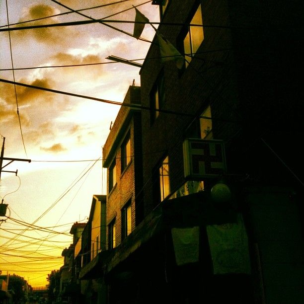 nemiao / #한국 #빛 #석양 #노을 #길 #풍경 #동네 #가게 #Korea #light #sky #sunset #road #street #landscape #localtown #display #building #architecture #orangesky #shaman #韓国 #光 #空 #夕暮れ #夕方 #写真 #綺麗 #建物 / #골목 #하늘 / 2014 01 10 /