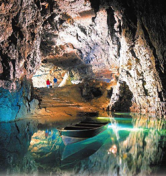 """Следующая удивительная пещера с подземной рекой находится в Англии. Она носит интересное название Вуки-Хоул и отличается сказочными """"интерьерами"""" и интересной историей."""