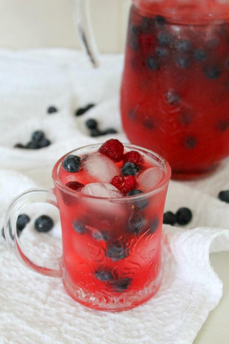 RETETA LIMONADA CU ZMEURA - Răcoritoare, acrișoara și ușor dulce, această limonada cu zmeura este o băutură grozavă, perfectă de savurat sub razele calde ale soarelui de vara!
