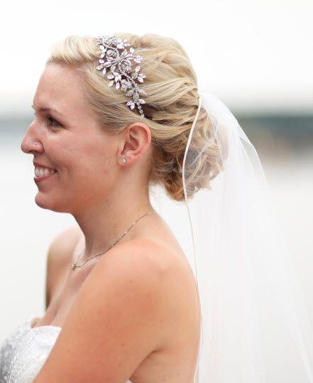 Wauw! Prachtig bruidskapsel met tiara en sluier. Deze prachtige accessoires hebben wij ook in ons assortiment.