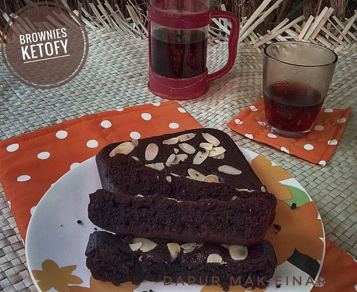 Brownies dan kopi  Beberapa hari ini sejak subuh aroma wangi coklat dan gurih mentega menyeruak dr dapur mungil sy. Alhamdulillah ada pesanan brownies ketofy berturut-turut.  Lalu ketika ada pelanggan yg bilang 'browniesnya enak' itu seperti suntikan semangat untuk berkreasi dan belajar terus.  Brownies yg garing di luar tapi lembut di dalam adalah favorite sy.  Oiya sedikit cerita tentang pengalaman minum kopi sy.  Rutinitas minum kopi sy kenal sejak jaman kuliah sekitar 22th yg lalu…